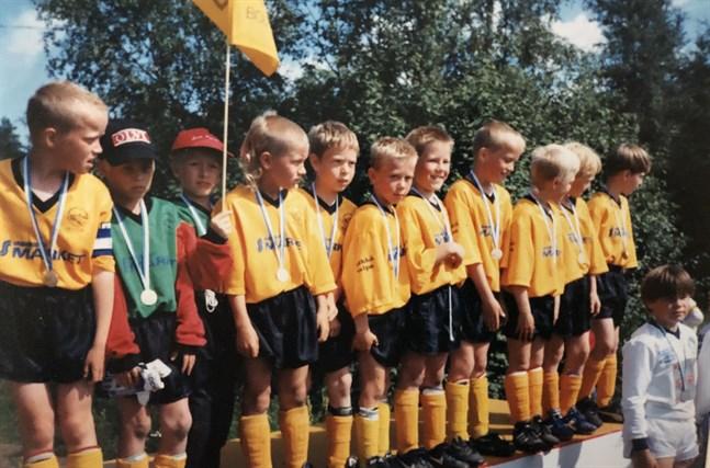 Sibbo-Vargarnas guldlag i Kokkola Cup 1997. Joona Toivio är fjärde från vänster. Övriga: Sebastian Björkstrand, Jani Bäckman, Lasse Malmström, Markus Böhling, Anders Mård, Anssi Kärkkäinen, Kåre Björkstrand, Tony Albrecht, Petteri Siira, Joni Martemaa.
