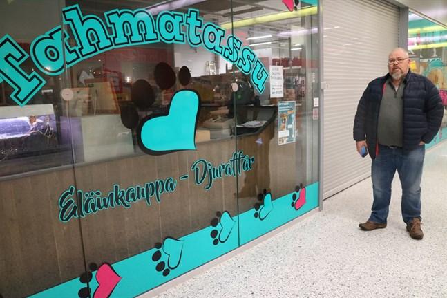 """Företagaren Michael Raikula lägger snart lapp på luckan på djurbutiken """"Tahmatassu"""" som han drivit i tre år.  Om ingen vill köpa verksamhten stängs butiken i januari."""