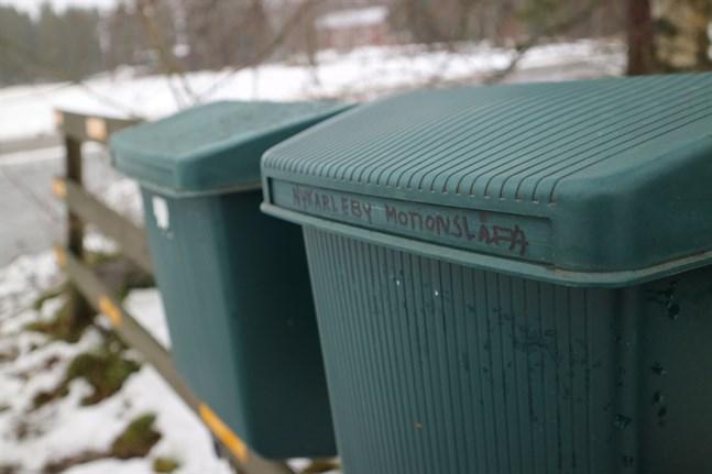 En av Nykarlebys femtio motionslådor hittas längs Juthasvägen. Öppnar man den hittar man ett namnhäfte skyddat av en plastpåse.