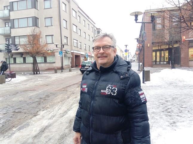 Verksamhetsledare Kari Moilanen säger att Storgatans julbelysning förändras.