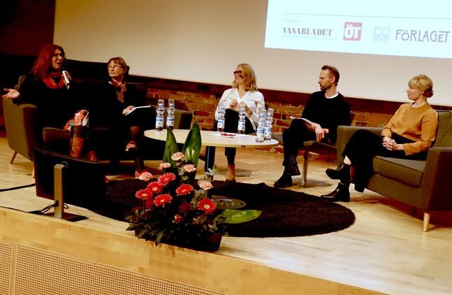 Läsambassadören Henrika Andersson, professor Ria Heilä-Ylikallio, moderatorerna Johanna Stenback och Patrik Back och universitetsläraren Heidi Höglund diskuterade hur man väcker läslust.
