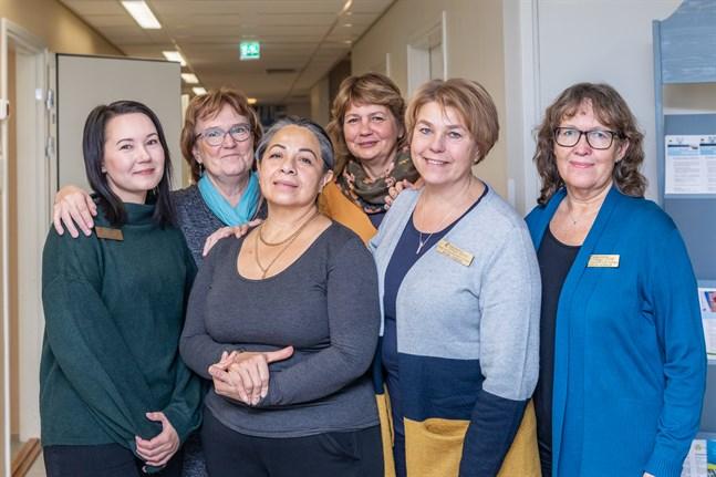 Dhina kände sig genast välkommen på Arbetskliniken. Från vänster: Tanja Sandell, Karin Stenhäll, Dhina Jimenez, Kriss Blomberg, Wivan Sveins och Monica Alenius.