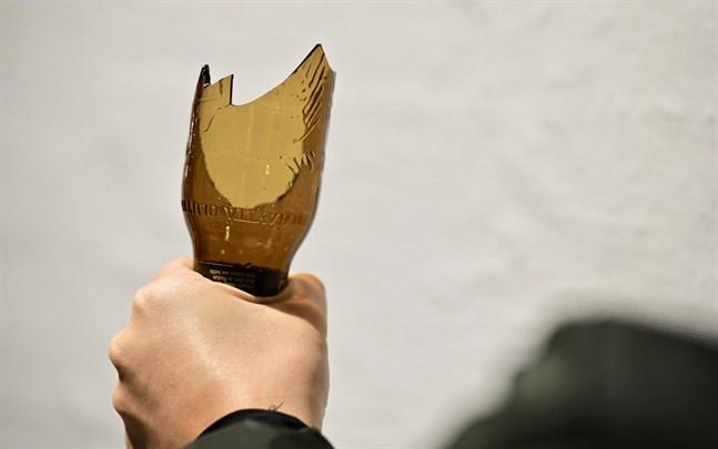 Högsta domstolen har tidigare bestämt att gummibatonger, hammare, bobollsträn och stolar inte räknas som livsfarliga vapen.