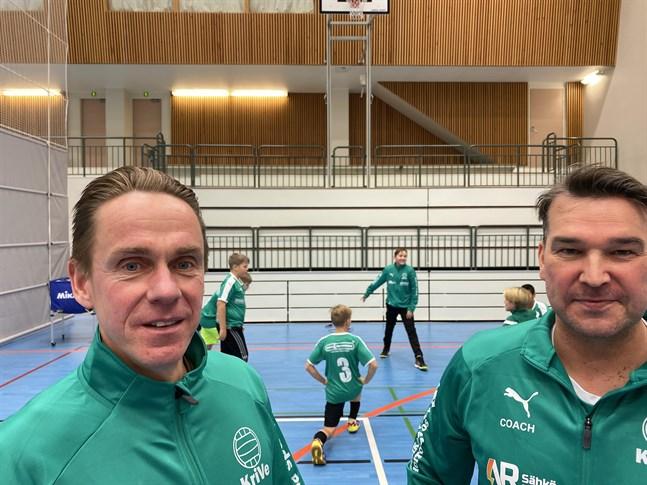 Jussi Ahonen, till vänster, och Kari Penttinen är två mycket meriterade tränare som håller i trådarna för Kristiinan Vesas juniorer.