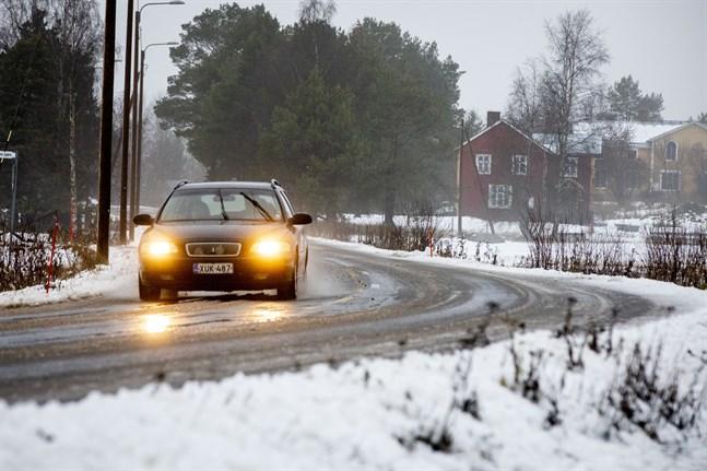 Bland annat i Norra Vallgrund fanns det gott om slask på vägarna ännu på onsdagseftermiddagen.