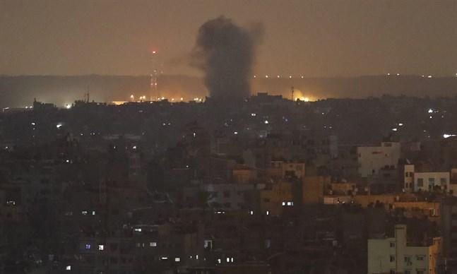 En explosion efter en israelisk robotattack mot Gaza City på onsdagen.