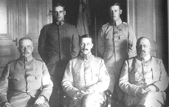 """För aktivisterna var Gustav Mannerheim, trots att hans yrkeskunskap var av central för utgången i inrikeskriget,  (i mitten) länge """"ryssofficern"""". Våren 1919 inledde de ändå samarbete med honom. Mannerheim omges här av stabschefen, generalmajor C. G. Theslöf och generalmajor Hannes Ignatius. Bild ur boken."""