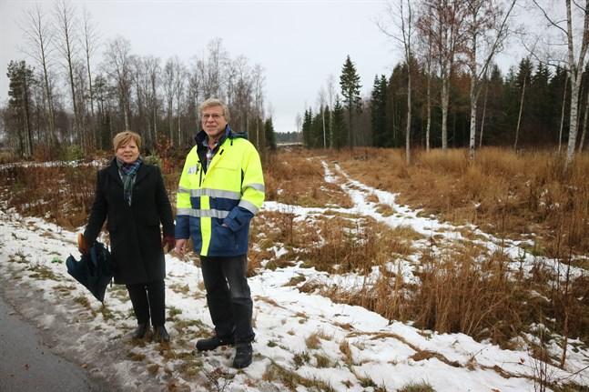 Här, bakom kommundirektör Gun Kapténs och tekniska chefen Bjarne Häggman, ska den nya Arenavägen byggas.