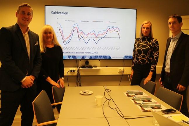 Niklas Wingren, Lena Karjaluoto, Paula Erkkilä och Pietu Purhonen diskuterade resultaten av konjunktursbarometern Business Panel.