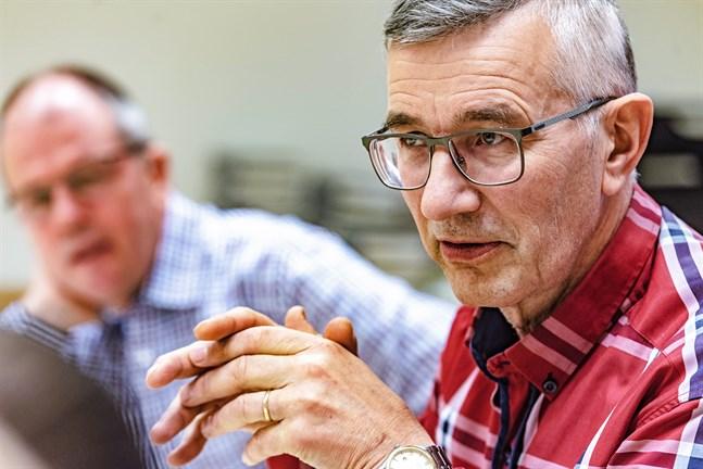 Torvald Hjulfors fastslår att en diskussion måste föras inom LFF och bönehusföreningarna ifall Pedersöre församling får en kvinnlig kyrkoherde.
