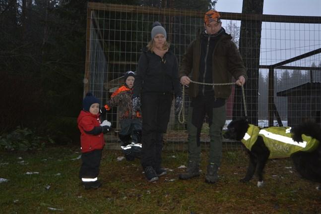 Julina och Rickard Bäck vet att flera föräldrar inte vill att barnen ska leka ensamma ute eller vila ute i barnvagnen, i rädsla för vargen. Sönerna Liam och Theo och hunden Sebbe med på bilden.