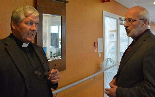 Kyrkoherde Martti Toivanen i samspråk med biskop Simo Peura vid visitationen i Kristinestad. Nu har slutrapporten med åtgärdsförslag anlänt.