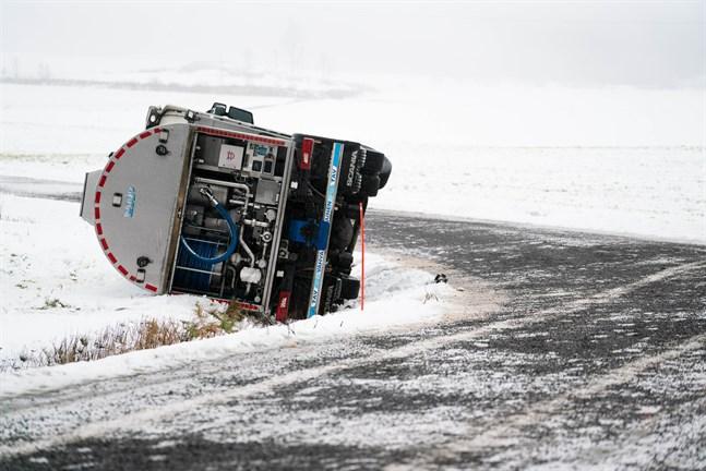 Mjölkbil i dike i Nedervetil. Gruset på vägen hade lagts till efter olyckan.