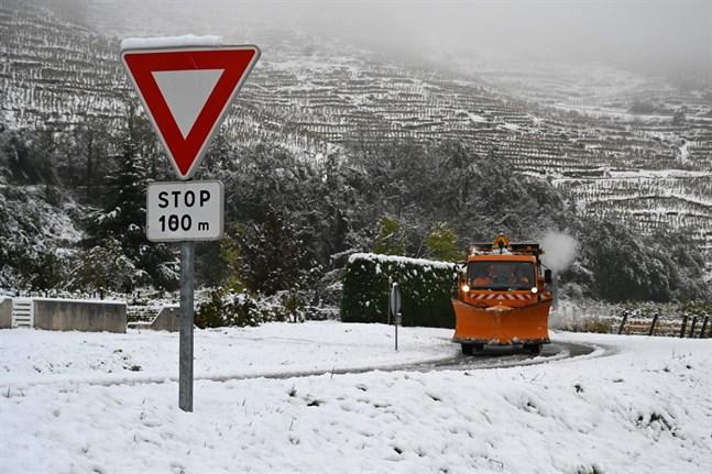 Snöröjning i närheten av Tournon-sur-Rhone i sydöstra Frankrike.