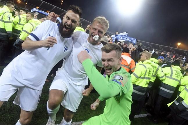 Tim Sparv firar tillsammans med Paulus Arajuuri och målvakten Lukas Hradecky.