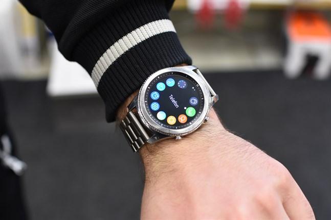 Med en smartklocka kan du göra nästan lika mycket som med en smarttelefon. Men eleverna i Närpes högstadieskola får inte längre bära klockorna vid prov och förhör.