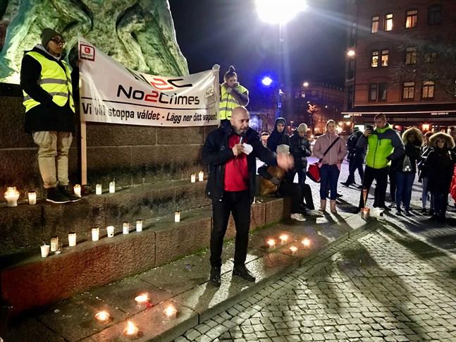 Maher Turkie manade alla att stå upp mot skjutningarna i Malmö och gemensamt ta ansvar för stadens riktning. – Sluta skapa rädsla människor emellan. Sverige är kulturellt land nu, det är inte bara svenskt, vi är alla här tillsammans för att ta vara på Sverige, sade han.
