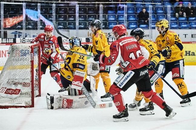 Toni Kallela gjorde alla mål i matchen mot Lukko. Här petar han in kvitteringen i den andra perioden.