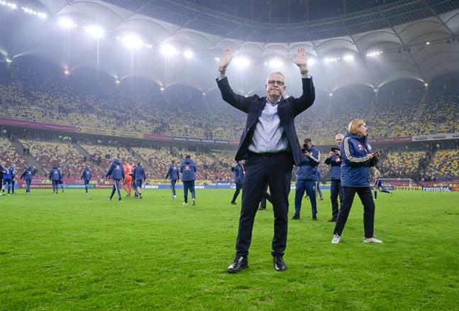 Janne Andersson firade EM-platsen med de svenska supportrarna på plats i Bukarest.