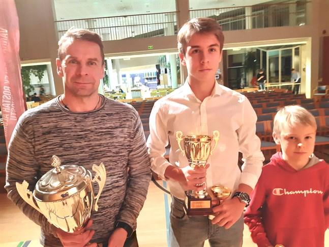 Isak Vidjeskog har skrivit ett kontrakt på 3,5 år med Kalmar FF och pappa Niklas kommer att finnas med som stöd på ort och ställe i ett halvt år framöver. Minstingen Ivar får ännu bida sin tid med mamma hemma i Jakobstad.