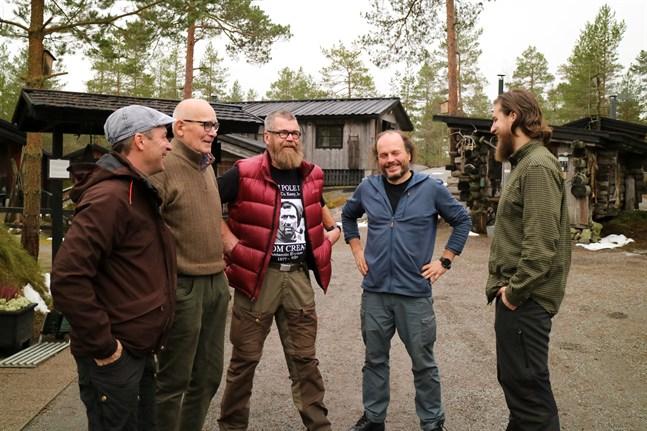 Petri Mäkelä, Pentti Kronqvist, Eero Oura, Poppis Suomela och Jaakko Heikka utbyter erfarenheter av polarfärder.