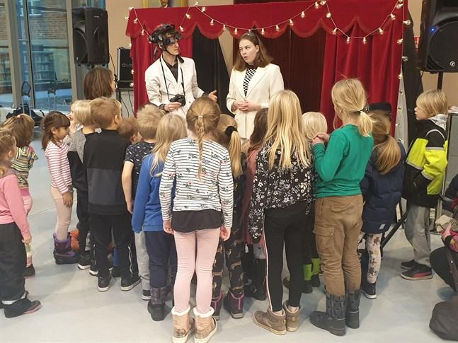 Intresset på topp när barnen tar del av föreställningen Laboratoriet som framförs av studeranden från Novias scenkonstlinje.