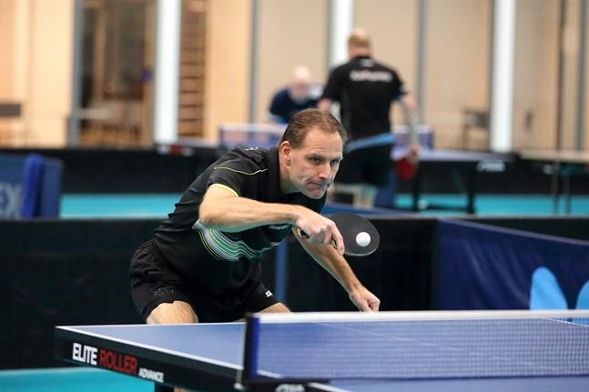 Fredrik Forsbacka stenhårt fokuserad i en av lördagens seriematcher på hemmaplan i Rettig Sport Center.