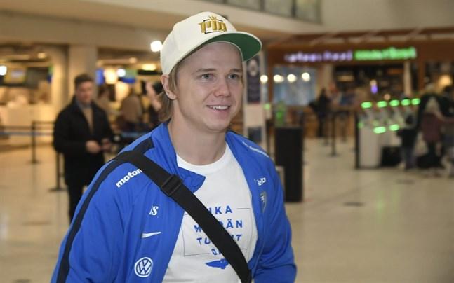 Petteri Forsell var den första landslagsspelaren som dök upp på Helsingfors-Vanda flygplats inför avresan till Grekland.