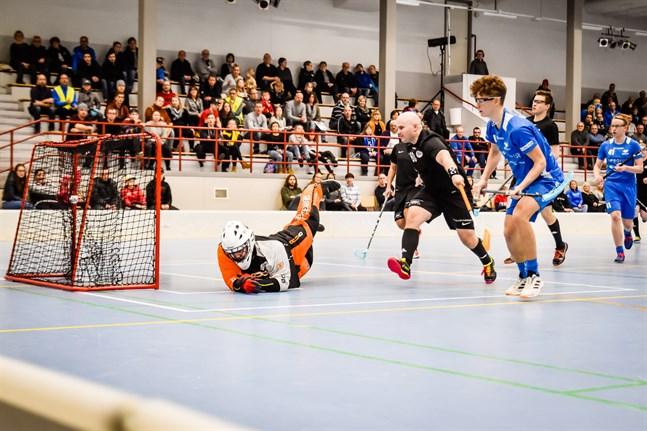 Elliot Wingren slog till med ett hat trick hemma mot FBC Remix. Här gör han 10–4 framspelad av Filip Svanbäck som plockade sin första division två poäng i karriären.