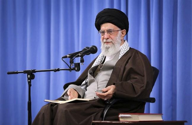 Irans högste ledare ayatolla Ali Khamenei ställer sig bakom höjningen av energipriser såsom bensin, och makten i landet står enad i sin hållning mot demonstrationer som brutit ut.