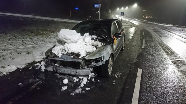 En bil började brinna i Sundom på söndag kväll. Bilen totalförstördes i branden.
