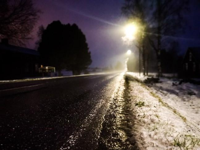 Föret har varit dåligt under söndagen och under kvällen riskerar vägytorna frysa. Räddningsverket uppmanar till lugn i trafiken.