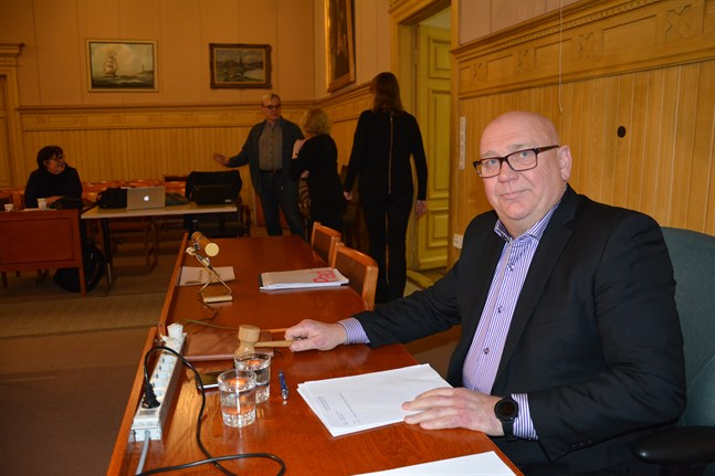 Stadsfullmäktiges ordförande Kari Häggblom anser fortfarande att Lars Piira var jävig, trots att Kommunförbundets jurister gjorde en annan bedömning. Exakt när fusionsavtalet behandlas på nytt vet han ännu inte.