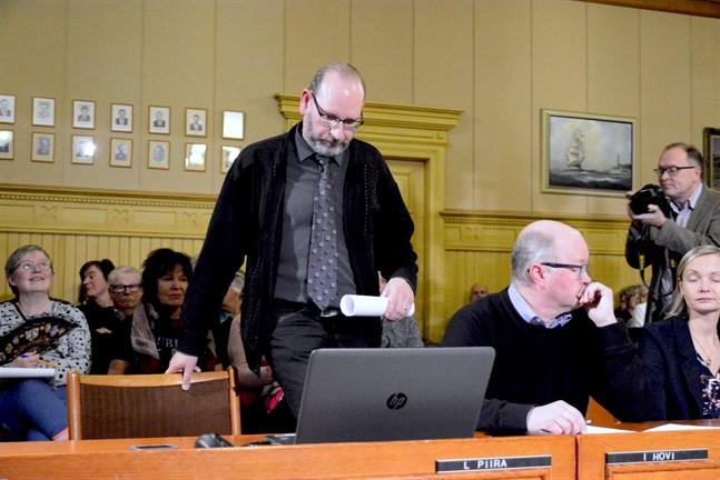 Mannen som avgjorde frågan om en fusion med Närpes, Samlingspartiets ersättare Jarkko Österman, satte sig på Lars Piiras stol.