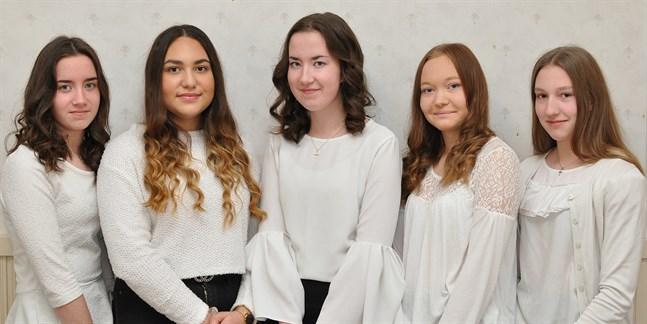 Kandidaterna för Terjärv Lucia 2019 är från vänster, Amanda Widjeskog, Alisa Ilkova, Natalie Widjeskog, Fanny Saarinen och Janina Granvik.