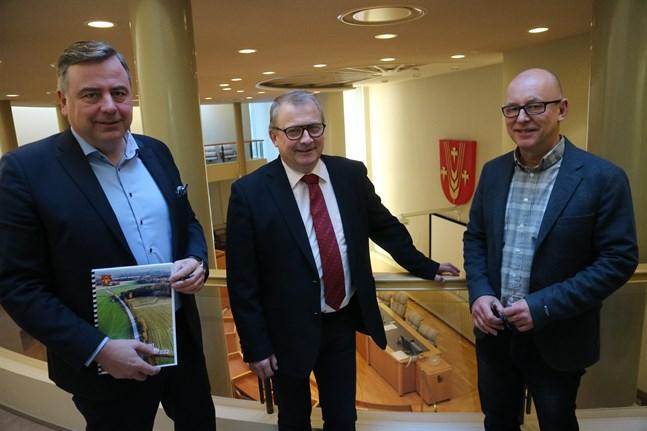 Kommundirektör Stefan Svenfors, kommunstyrelseordförande Greger Forsbolm och ekonomi- och utvecklingsdirektör Jan-Erik Backa ser alla med tillförsikt på framtiden och vågar hoppas på att år 2020 ger ett plusresultat.