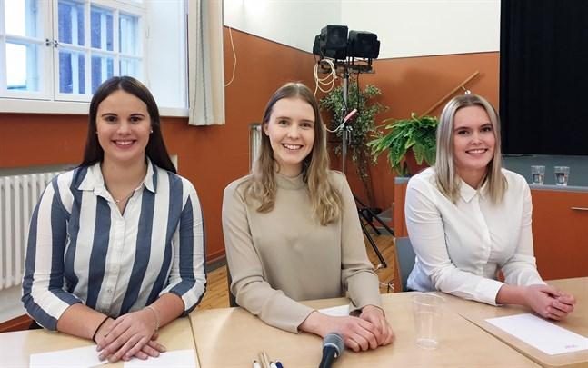 Kristinestads gymnasium vann. På bilden från vänster Emilia Söderlund, Sofia Finnström och Frida Rosenback.