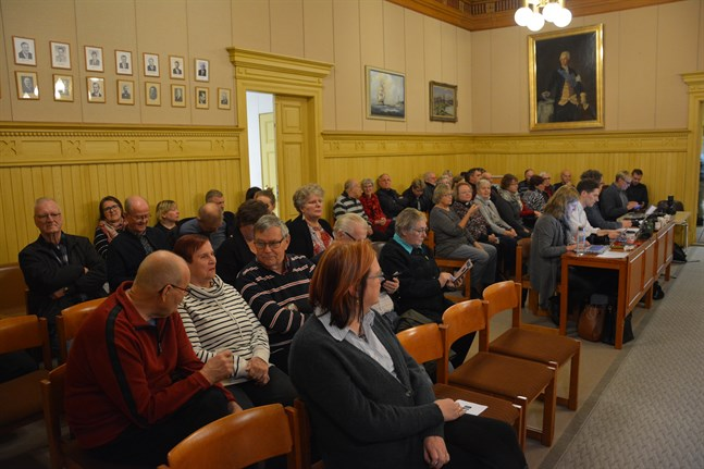 Några minuter innan mötet skulle inledas hade ett 40-tal Kasköbor bänkat sig för att följa med mötet på plats och ställe.