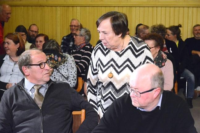 Lars Piira röstades bort som jävig på mötet. Här i diskussion med Mirja Högstrand (VF), en av de som efter mötet uppgav att beslutet överklagas. Till höger Ilkka Hovi (Saml) som liksom Piira är för en fusion.