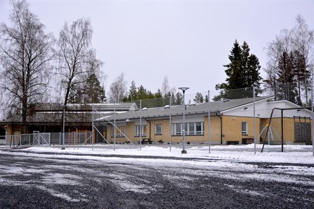 Skolresan mellan Harrström och Taklax skola blir lång för några elever, men rutterna ändras inte.