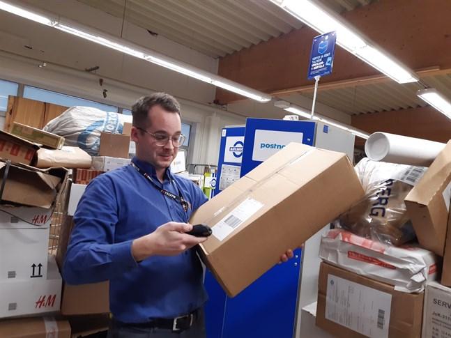 Petter Bonde som är köpman på K-market Treffis har märkt en viss ökning i pakethanteringen på grund av poststrejken.