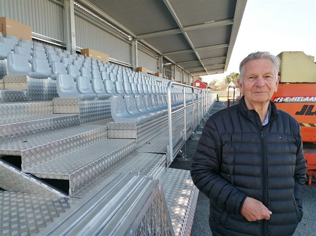 Bjarne Kallis, som leder arbetsgruppen bakom hybridarenan, säger att konstgräs på Centralplan inte påverkar arenaprojektet.