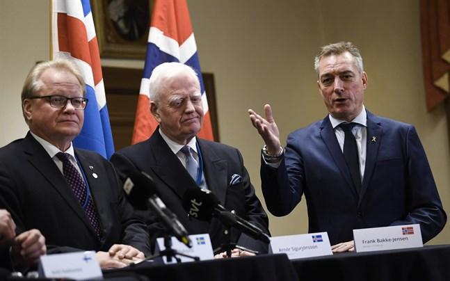 Sveriges försvarsminister Peter Hultqvist, Arnór Sigurjónsson, chef för försvarsfrågor på det isländska utrikesdepartementet, och Norges försvarsminister Frank Bakke-Jensen under en pressträff.