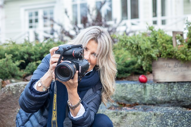 Boijan Björndahl har ofta med sig kameran när hon är ute på gården.