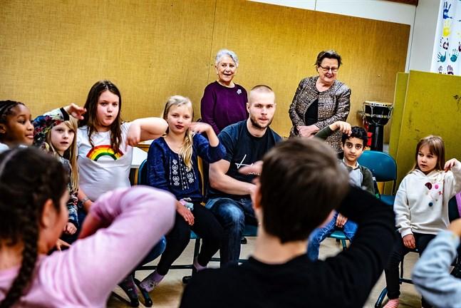 Cirka 15 elever deltar i eftisverksamheten varje vecka. Lärare är Merja Pyrhönen, Tina Brännkärr och Mats Ödahl.