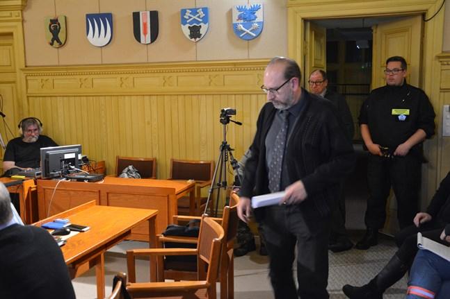 Lars Piira (Saml) stående i bakgrunden tvingades lämna sin stol efter att ha förklarats jävig och ersättaren Jarkko Österman trädde in i hans ställe.