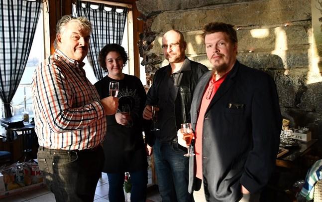 Vd Börje Norrgård vid Weekend Snacks uppmärksammade Sirpa Wessman, Dennis Rönnqvist och Kjell Juthnäs för deras rådiga insats i samband med branden i produktionshallen i oktober.