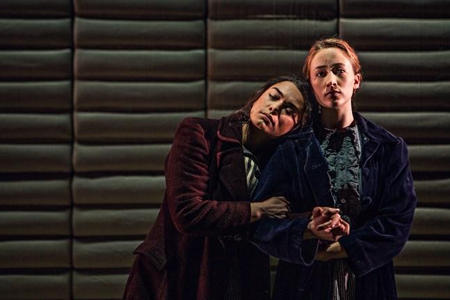 """Ksenia Timoshenko, till vänster, och Sannah Nedergård spelar huvudrollerna som Helli och Hilda i """"Bomullsängeln"""" på Wasa Teater."""