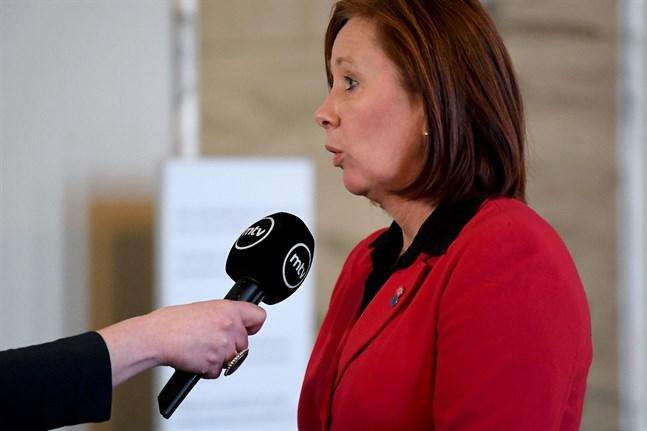 Kommun- och ägarstyrningsminister Sirpa Paatero (SDP) förnekar att hon har gett sitt godkännande till Postens kollektivavtalsbyte.