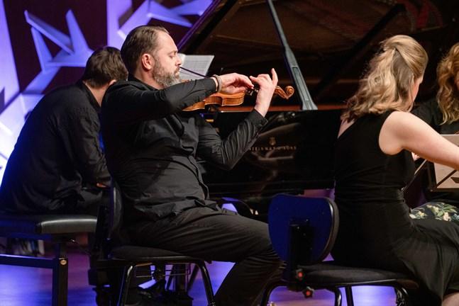 """""""Ett äkta Rusk- koncept innebär att tidsepokerna blandas fritt men ändå genomtänkt utifrån ett tema"""", skriver recensenten Camilla Cederholm. Violinisten Fredrik Paulsson närmast i bild."""